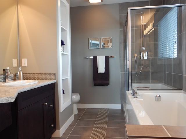 sete ideias para renovar casas de banho sem gastar muito dinheiro. Black Bedroom Furniture Sets. Home Design Ideas